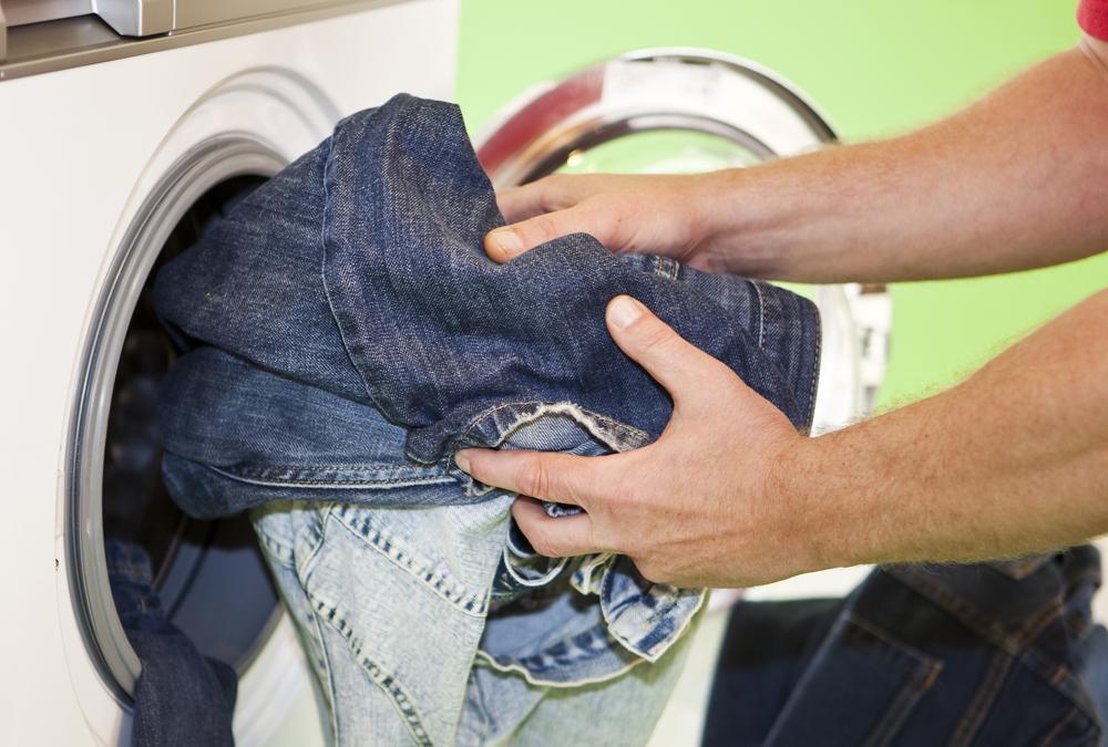 Cách giặt quần jean nam không bi phai màu - 2
