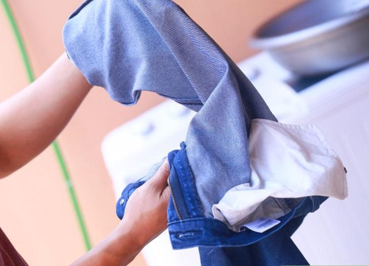 Cách giặt quần jean nam không bi phai màu - 4