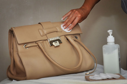 Cách làm sạch túi xách da nam trở nên sáng bóng nhanh chóng - 2