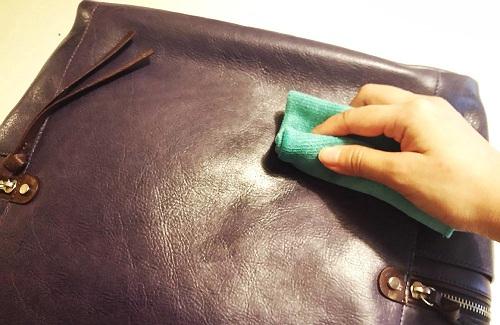 Cách làm sạch nấm mốc của túi da nam khi trời mưa - 1