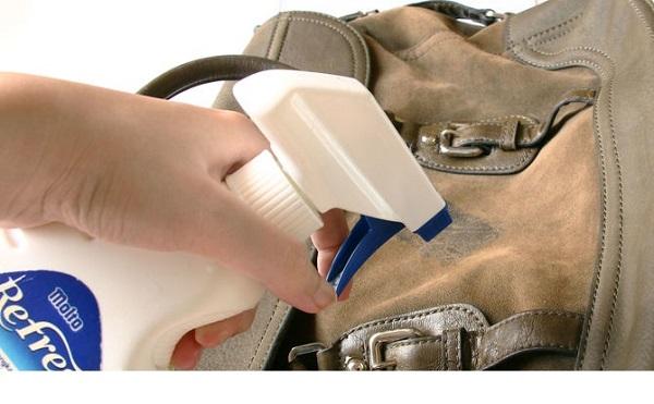 Cách làm sạch nấm mốc của túi da nam khi trời mưa - 3
