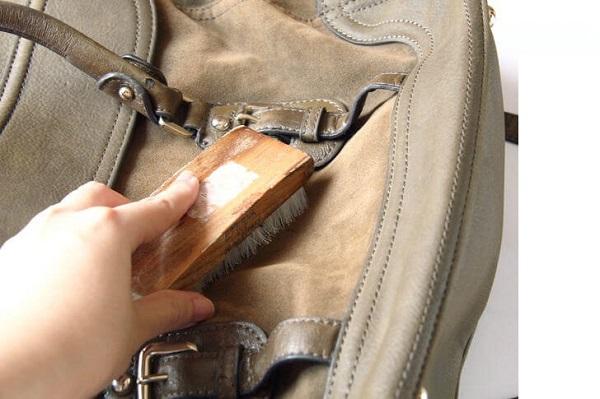 Cách làm sạch nấm mốc của túi da nam khi trời mưa - 2