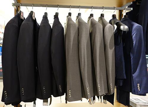 Hướng dẫn cách bảo quản áo vest nam không bị nhăn và phai màu