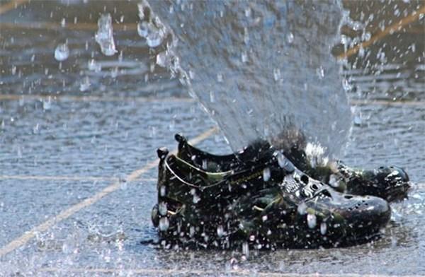 Cách bảo quản giày da nam khi trời mưa