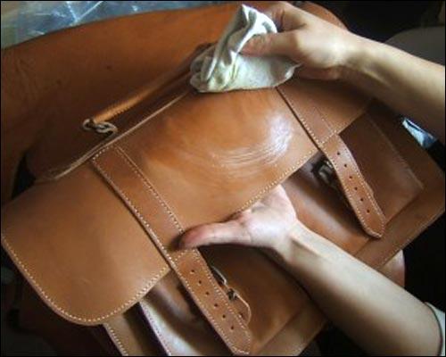 Cách làm sạch túi xách da nam trở nên sáng bóng nhanh chóng